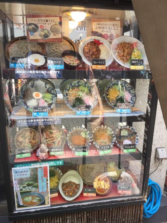 「そば新 蒲田店」の入口にあるメニュー用ショーケースです