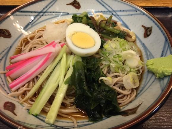「そば新 蒲田店」の「冷やし山菜おろしそば」です