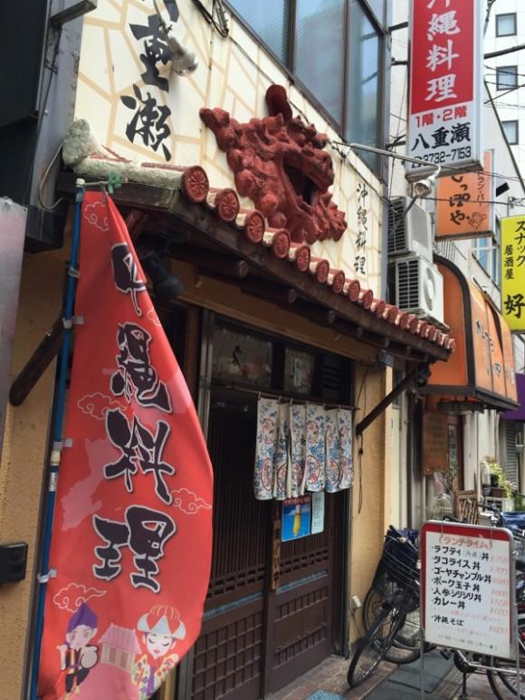 蒲田駅東口にある沖縄料理居酒屋「八重瀬」の入口にはシーサーが飾ってあります