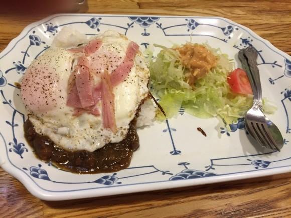 洋食レストラン「キッチンフレンズ」のベーコンエッグカレーランチです