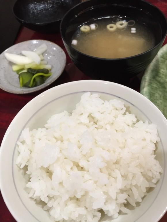 「とん清」のロースかつ定食のごはんとお味噌汁とお新香です