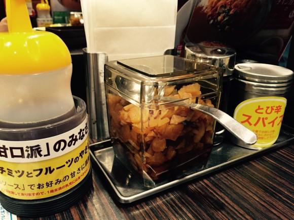 カレーハウスCoCo壱番屋(ココイチ)ではカレーのトッピングにとび辛スパイスや福神漬が自由にできます