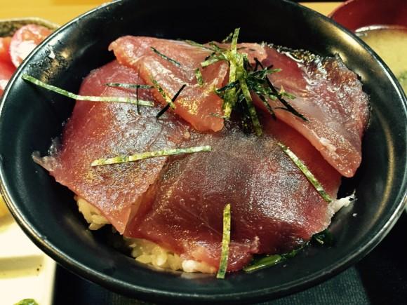 蒲田駅東口にある居酒屋「ごっちゃん」のランチ「鉄火丼」は大きなマグロの切り身が入っています