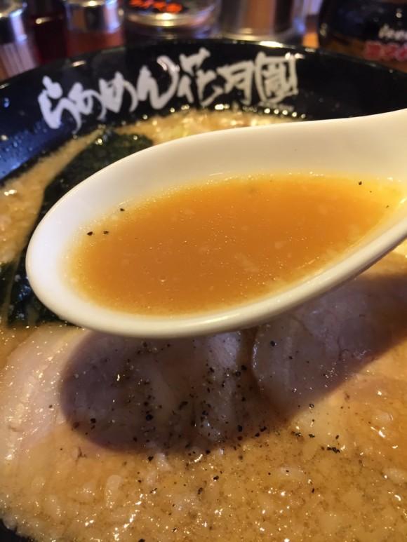 らあめん花月嵐の定番人気ラーメン「嵐げんこつらあめん」のスープも美味しいです