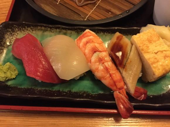 「築地日本海 蒲田店」のランチメニュー「寿司・天そばセット」のお寿司です