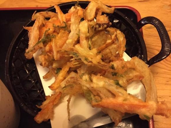 「築地日本海 蒲田店」のランチメニュー「寿司・天そばセット」のかき揚げです