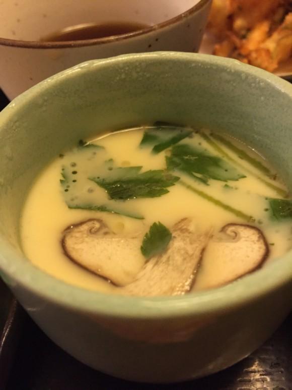 「築地日本海 蒲田店」のランチメニュー「寿司・天そばセット」の茶わん蒸しです