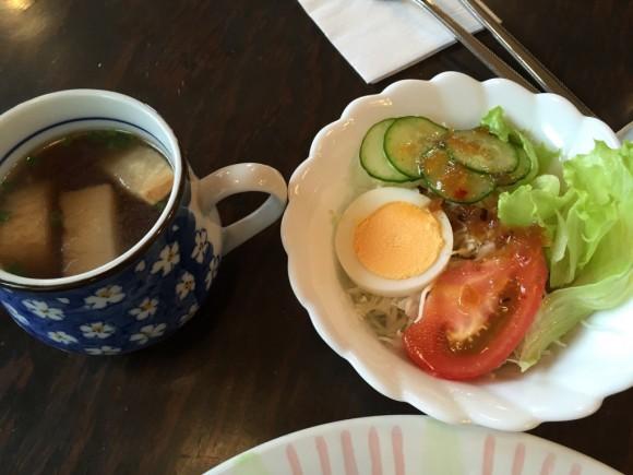 喫茶店「グッディ」の「カレースパゲティ」ランチにはスープとサラダが付いてきます