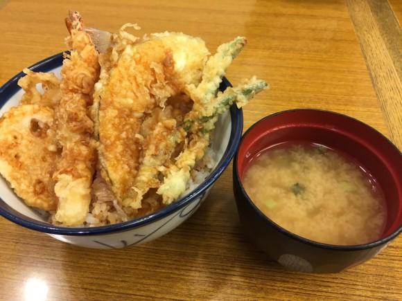 「天丼てんや 蒲田店 」の天丼にはお味噌汁が付きます