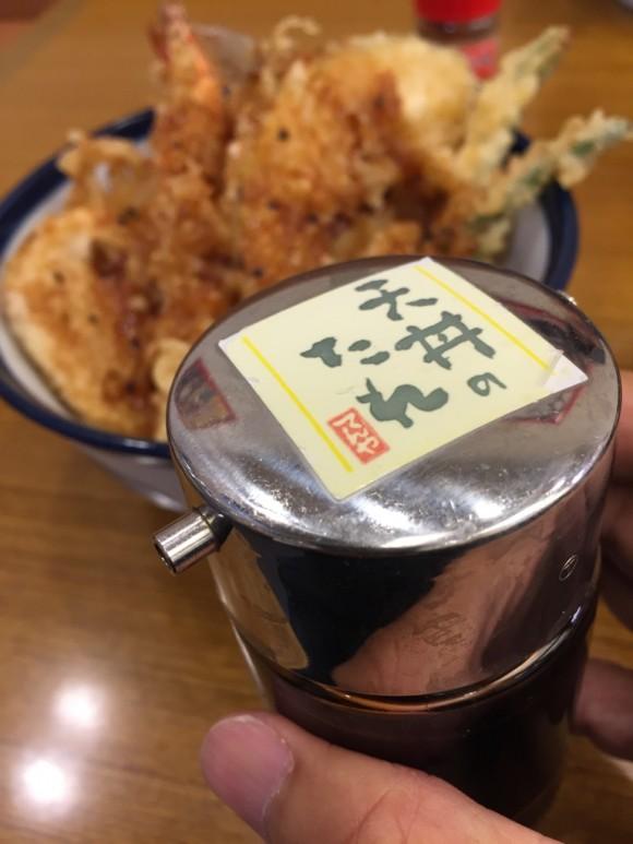 「天丼てんや 蒲田店 」の天丼には甘辛のタレと七味が合います