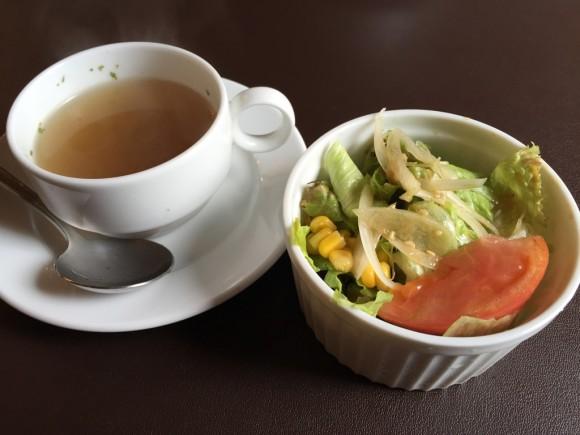 ステーキ・ハンバーグ店「ブロンコ/BRONCO」のはハンバーグランチのスープとサラダです