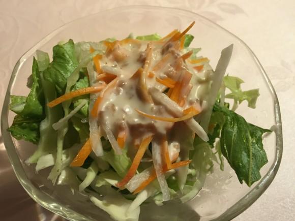 蒲田西口の人気カレー店「シャングリーラ」のカレーランチセットのサラダです