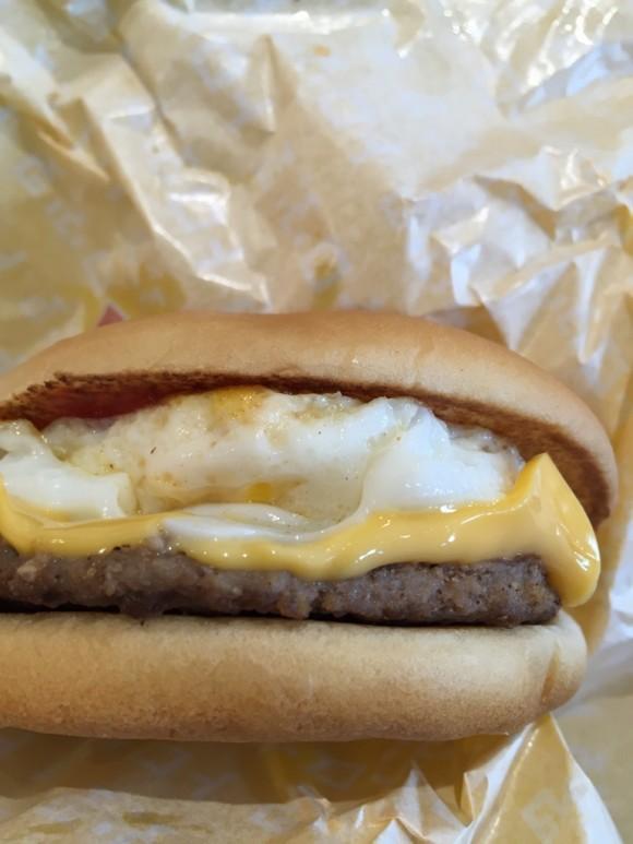 マクドナルドのハンバーガー「エグチセット」のエッグチーズバーガーです