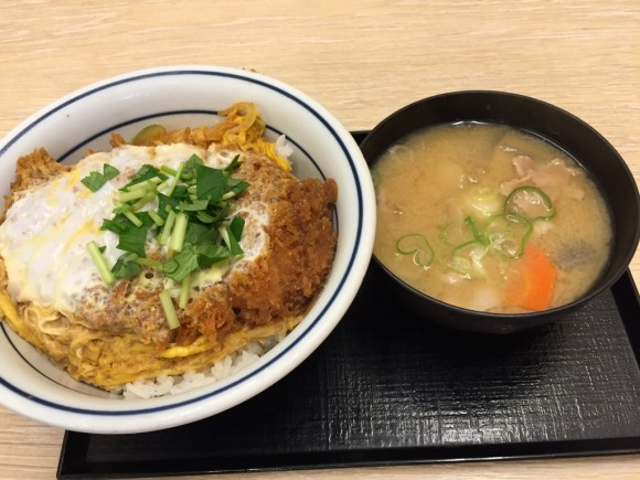 とんかつ専門チェーン店「かつや 蒲田西口店」の「カツ丼+とん汁」ランチです