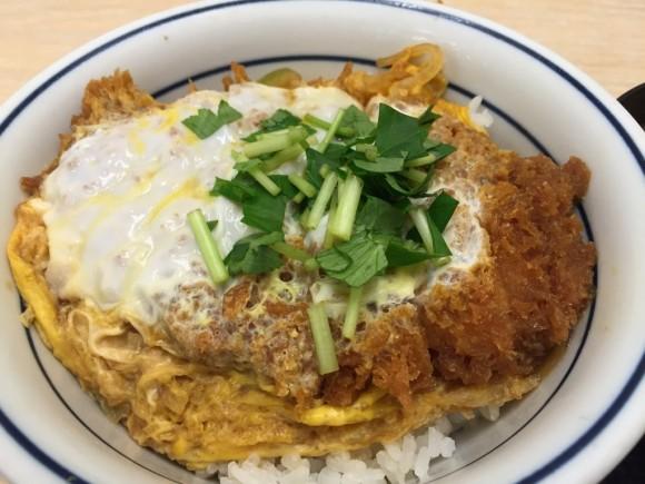とんかつ専門チェーン店「かつや 蒲田西口店」の「カツ丼」ランチはボリューム満点です