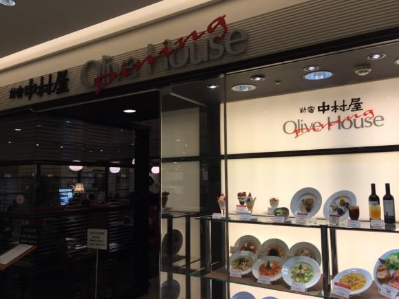 本格カレーの有名店「新宿中村屋」の入口です