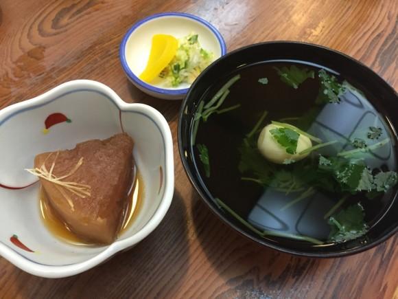蒲田の有名な老舗うなぎ屋さん「寿々喜」の「うな重」に付くお吸い物、おしんこ、付け合せです