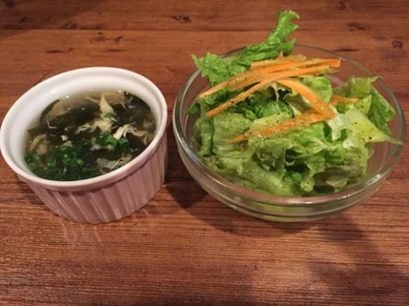 キッチン&バー「Kitchen & Bar PJ's(ピージェーズ)」のチキン南蛮ランチのスープとサラダです