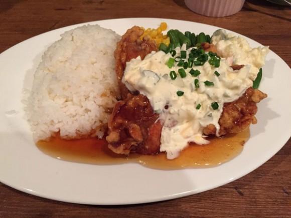 キッチン&バー「Kitchen & Bar PJ's(ピージェーズ)」のチキン南蛮ランチは大きなチキンが4つも!