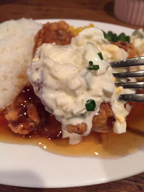 キッチン&バー「Kitchen & Bar PJ's(ピージェーズ)」のチキン南蛮ランチのチキンは熱々で美味しかったです!