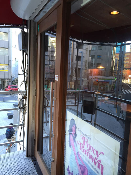 キッチン&バー「Kitchen & Bar PJ's(ピージェーズ)」の入口は2階にあります
