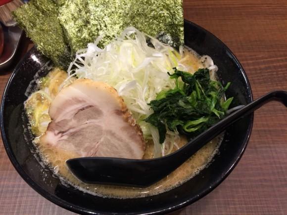 「横浜家系ラーメン 武」の「醤油豚骨ラーメン」に「ネギ」トッピングです