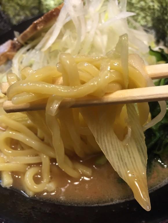 「横浜家系ラーメン 武」の「醤油豚骨ラーメン」の麺も美味しいです