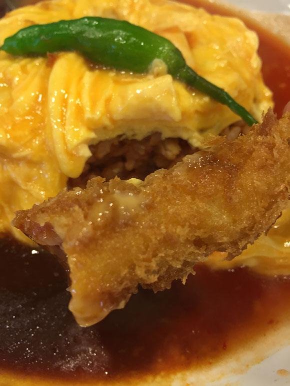 「洋食亭 おおはし」の「オムライスと海老フライデミチリソース」の海老フライもサクサクです