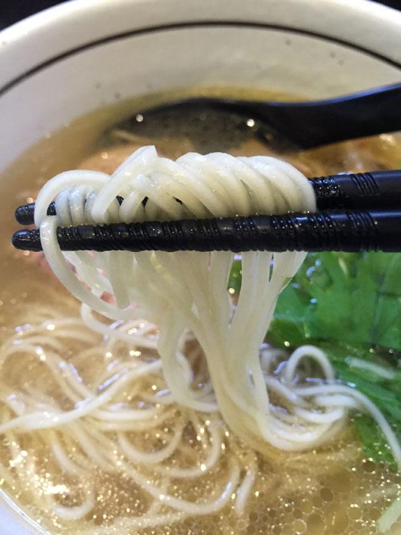 大井町にあるラーメン屋さん「麺屋 焔(えん)」の「塩らぁめん」の麺は細麺です