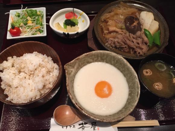 蒲田駅ビルグランデュオにある和食屋さん「むぎとろ茶屋」の「牛すき煮セット」です