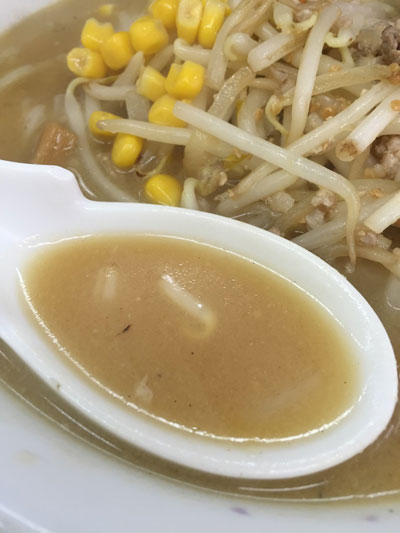 東急多摩川線の矢口渡駅近くの「中華料理 新京」の「みそラーメン」のスープです