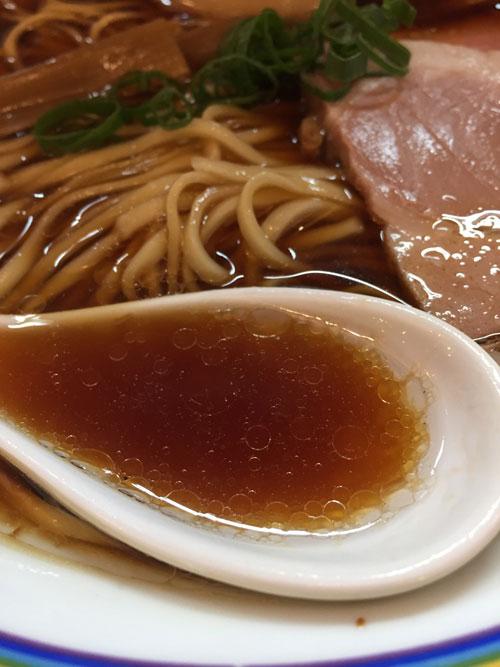 黄色い看板が目印の「ラーメン暁(あかつき)蒲田店」の味玉ラーメンのスープです