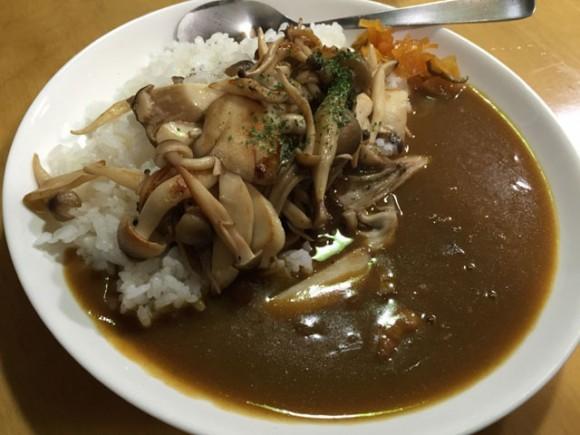 蒲田南口にあるカレー専門店「蒲田南口カレー店」のカレーライス+きのこミックスです