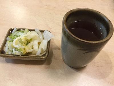 老舗とんかつ屋さん「鈴文(すずぶん)」の「ランチとんかつ定食」には白菜の漬物がついています