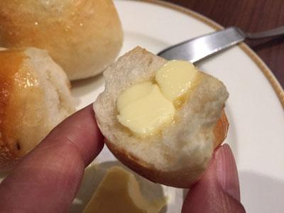 焼きたてのパンが食べ放題のベーカリーレストラン「サンマルク グランデュオ蒲田店」ではパンにバターぬって食べます