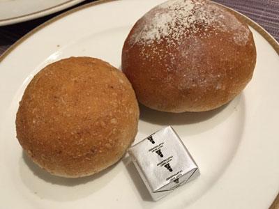 ベーカリーレストラン「サンマルク グランデュオ蒲田店」の白ごまと全粒粉のパンです