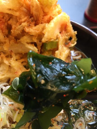 立ち食いそばチェーン店で有名な「ゆで太郎 蒲田中央通店」の「かきあげそば」はワカメもたっぷり