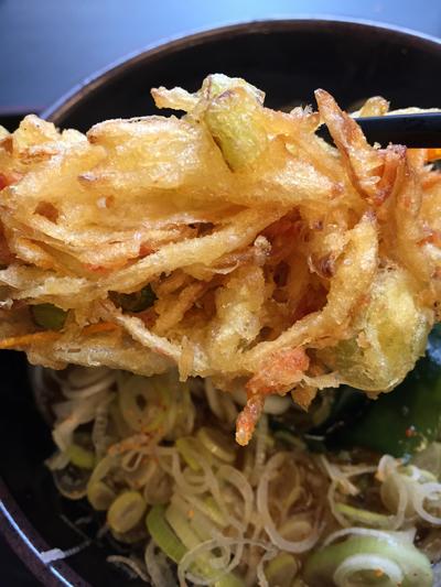 立ち食いそばチェーン店で有名な「ゆで太郎 蒲田中央通店」の「かきあげそば」のかき揚げも大きい