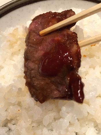 「焼肉 慶州苑」の焼肉にコチジャンつけてオン・ザ・ライス