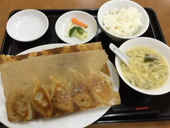 京急蒲田駅にある「元祖 金春本館」の名物羽根付き焼き餃子セットです
