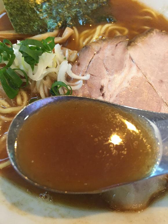 蒲田駅東口ラーメンランチ「麺匠 呉屋(くれや)」の「正油そば」のスープは濃いめです