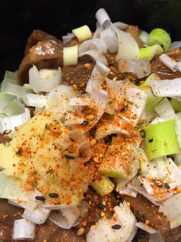 つぶしたて焼き鳥 おみっちゃんの和牛もつ煮込み丼には七味が合います