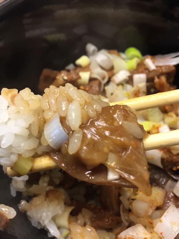 つぶしたて焼き鳥 おみっちゃんの和牛もつ煮込み丼のもつ煮は美味しいです