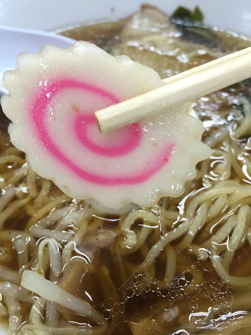 「元祖中華つけ麺大王 大崎店」の正油ラーメンはナルト入りです