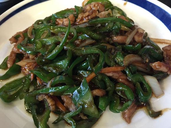 「聚福縁(しゅうふくえん)」のチンジャオロースは熱々で美味しいです