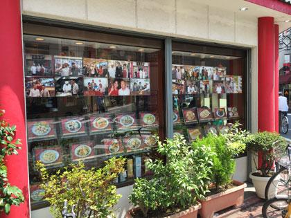 蒲田中華ランチ「中国料理店 春香園」には芸能人や有名人の写真やサインが飾ってあります