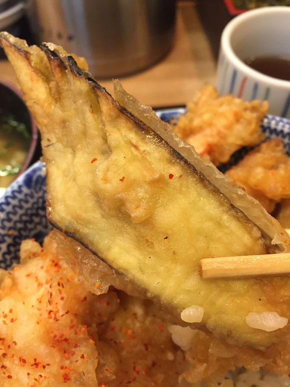 大森で人気の「天ぷら 天冨久」の天丼のネタ、なす天です