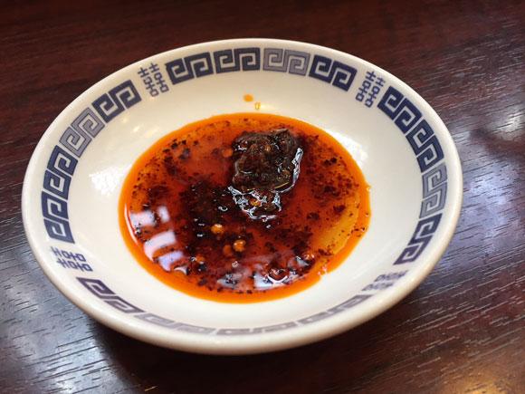 「ニイハオ(你好)本店」の名物羽根つき焼き餃子をラー油で頂きます