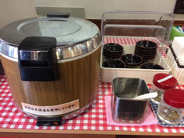 横浜家系ラーメン 壱角屋でラーメンを注文するとランチ時はライス無料