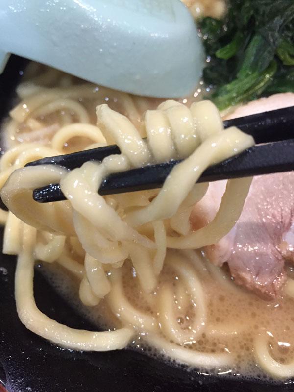 横浜家系ラーメン 壱角屋の中太の麺